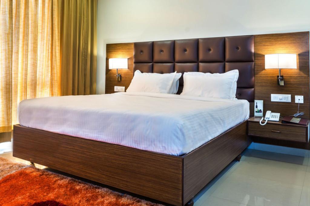 http://hotelsaptagiri.in/wp-content/uploads/2015/02/deluxe2-1024x683.jpg
